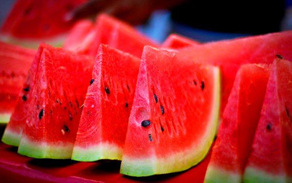 Salade van watermeloen voor de warme nazomerdag
